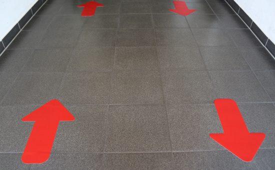 Corona-Schutz_Fußbodenaufkleber_Pfeil_275x400_indoor-4