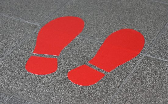 Corona-Schutz_Fußbodenaufkleber_Schuhabdruck_223x300_indoor-2